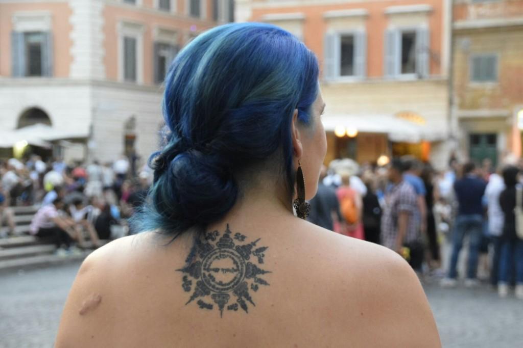 Tattoo cheveux bleus